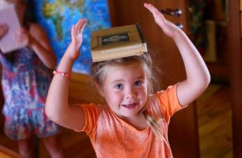 242МГ Ходить по комнате, удерживая книгу на голове